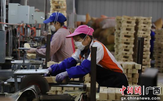 工人正在劳作。吴小舒 摄