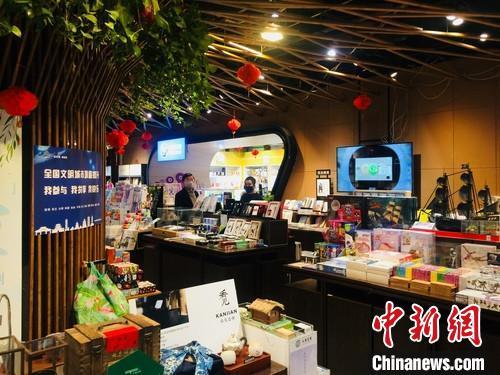 2月18日,贵阳商场恢复营业,市民戴口罩进行购物。 张伟 摄