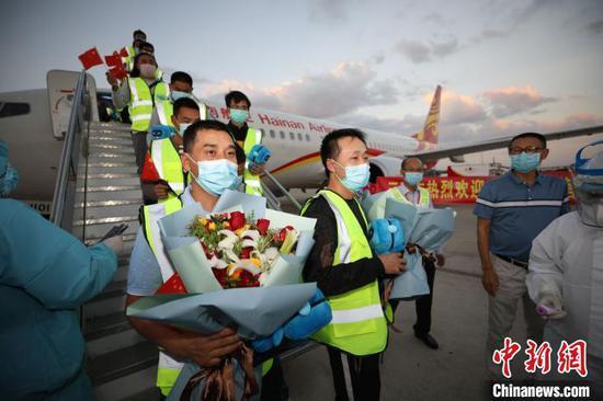三亚包机接回119名贵州员工返岗