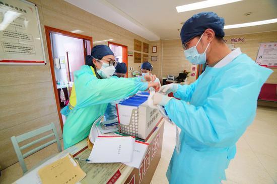 赵雄碧坚守临床一线。 绍兴市中医院供图