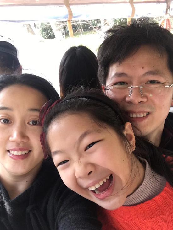图为钱瑾瑜(左)驰援武汉前,和丈夫沈锦雷、女儿的合影。 绍兴文理学院附属医院供图