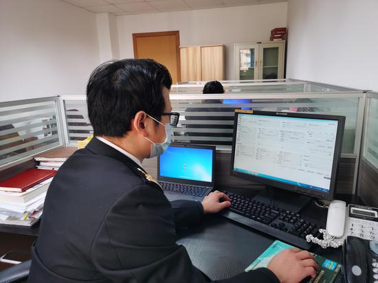 图为嵊泗海关关员网上受理企业申报业务。  嵊泗海关供图