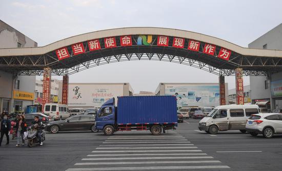 图为:浙江新农都物流中心有车辆穿行。 王刚 摄