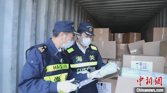 新疆霍爾果斯鐵路口岸首次驗放進口防疫物資