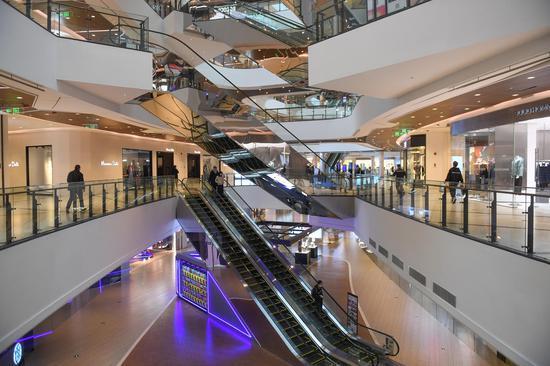 图为:杭州一大型商场迎来购物者。 王刚 摄