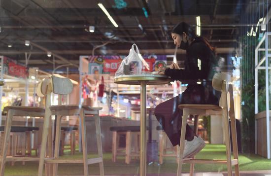 图为:一位市民在餐饮店用餐。 王刚 摄