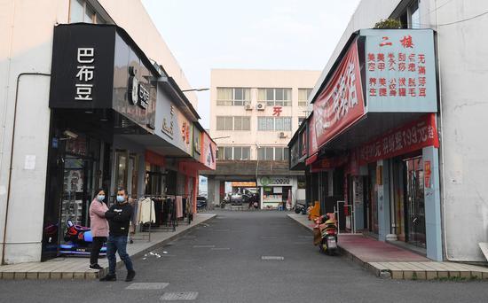 图为:杭州众多线下商家陆续开门恢复经营。 王刚 摄