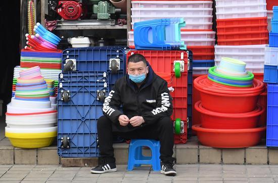 图为:一商户店主在等待顾客。 王刚 摄