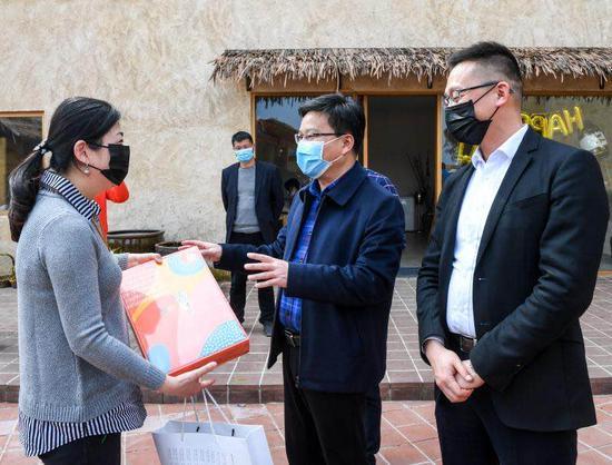 图为桐庐为复工后的首批民宿客人送礼物  桐宣供图