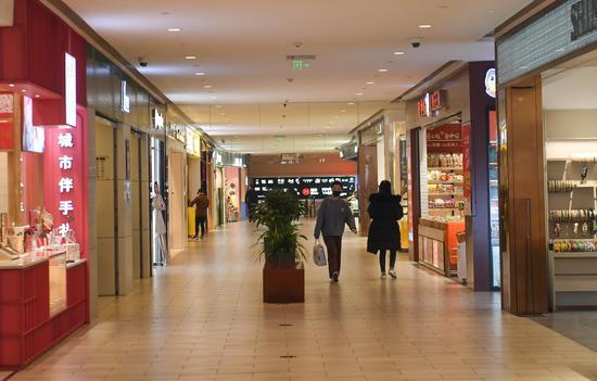 图为:市民在一家大型商场内购物。 王刚 摄