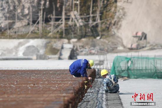 2月25日,工人正在施工。近日,壩址位于貴州省畢節市納雍縣的夾巖水利樞紐工程項目在做好疫情防控的同時有序復工,截至目前,項目復工工作面77個,占總工作面的32.6%。據悉,該工程是貴州省目前在建規模最大水利樞紐工程,大壩高154米、長429米,水庫正常蓄水位高程1323米,總庫容13.23億立方米。中新社記者 瞿宏倫 攝