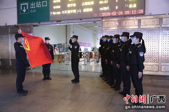 """广西来宾抗""""疫""""一线17名警员入"""