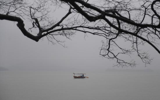 图为:杭州西湖阴雨蒙蒙。  王刚 摄