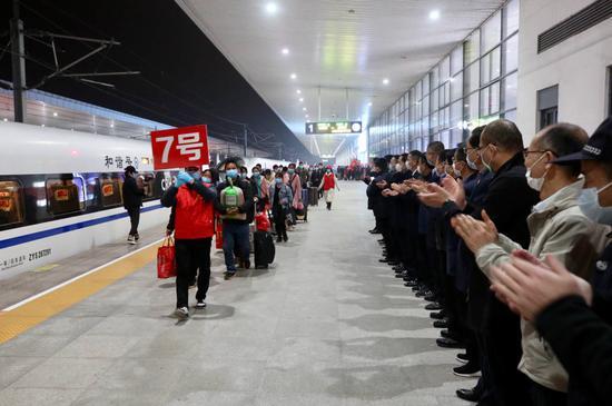 """桐乡四套班子领导以及企业负责人欢迎600名新桐乡人回""""家""""。王志杰 摄"""