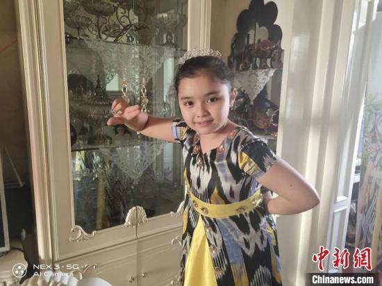 """新疆伊犁""""小古麗""""唱豫劇為抗擊疫情一線鼓勁"""