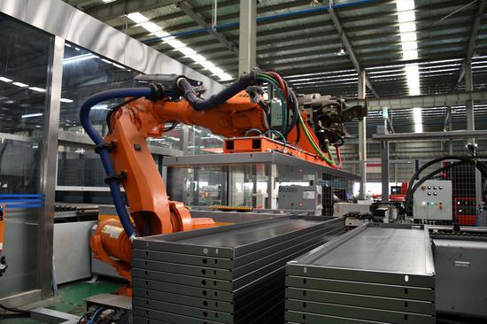 机器人手臂在搬运生产物资。南浔宣传部供图