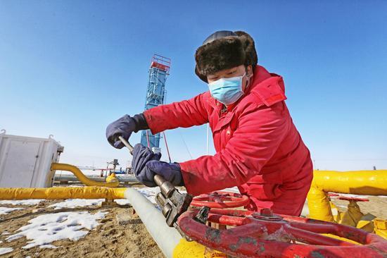 员工对稠油井进行汽量调整。 吴小川 摄