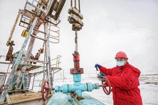 员工对油井开展生产措施。吴小川 摄