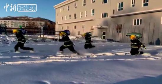 新疆阿勒泰消防员雪地中开展严寒天气耐寒训练