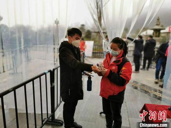 入園前,工作人員為游客測量體溫。江口宣傳部供圖