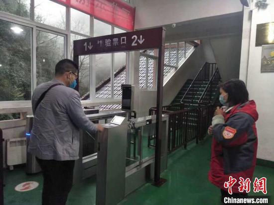 游客自行刷身份證檢票入園。江口宣傳部供圖