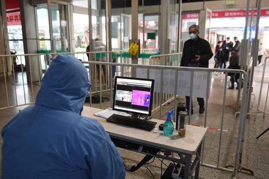 图为:杭州汽车客运中心站设立红外测温设备测量旅客体温。  王刚 摄