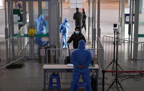图为:一位旅客通过查验后进入杭州汽车客运中心站。  王刚 摄