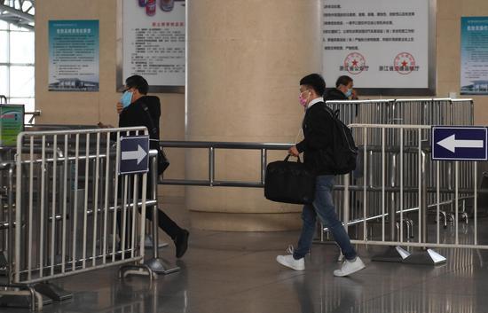 图为:两位旅客准备通过安检。  王刚 摄