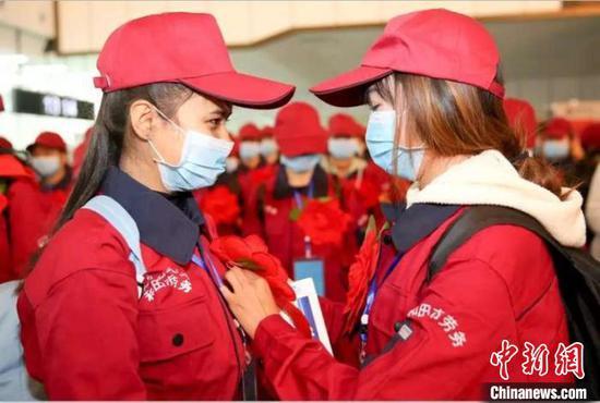 新疆和田:包機運送務工者 助復工促脫貧