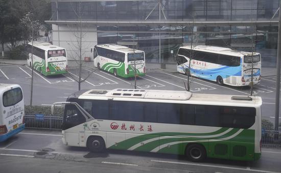 图为:部分省际客运班车在杭州汽车客运中心站准备发车。  王刚 摄
