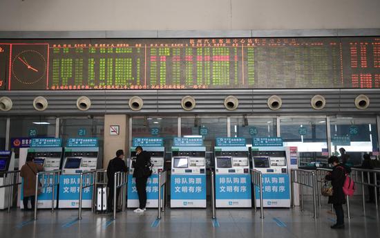 图为:杭州汽车客运中心站售票大厅大屏显示客运线路实时信息。  王刚 摄