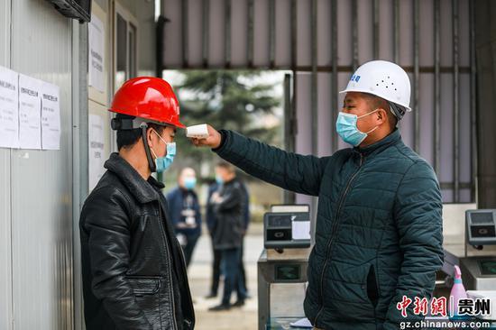 畢節市七星關區碧海街道前所小學改擴建工程施工工地工人正接受體溫測量。陳曦 攝