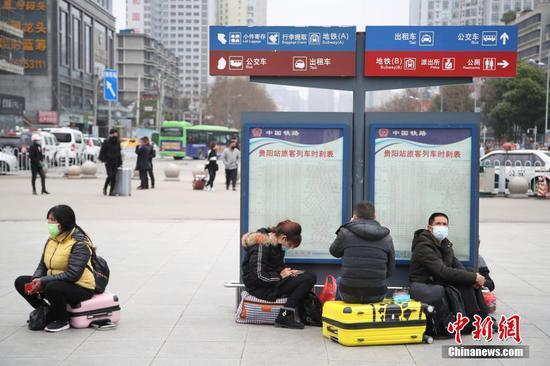 3月1日,旅客在站前广场候车。近日,贵阳站站前广场上旅客逐渐增多。中新社记者 瞿宏伦 摄