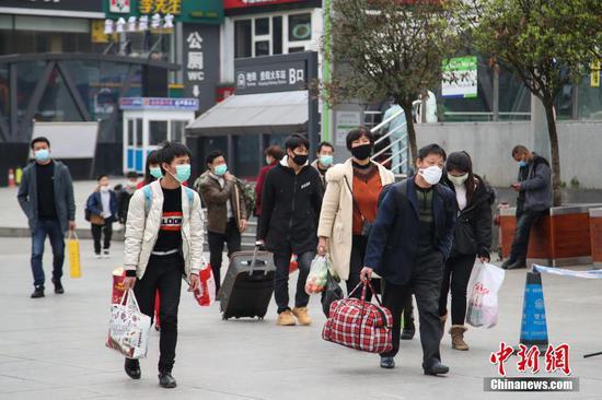3月1日,旅客携带行李走进站前广场。近日,贵阳站站前广场上旅客逐渐增多。中新社记者 瞿宏伦 摄