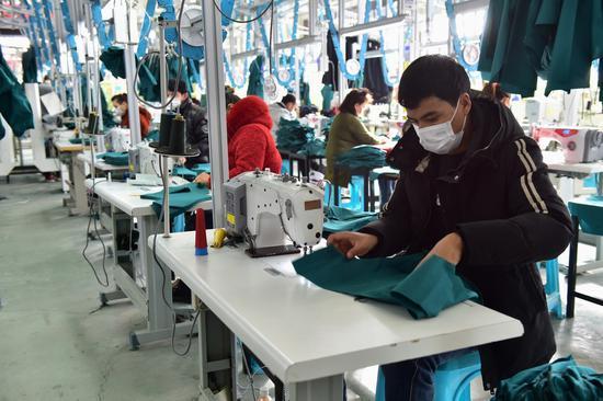 和靜服裝企業已生產三連體防護服6400套