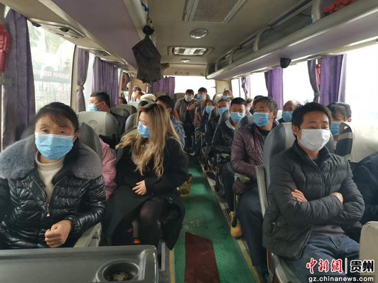 七星关区亮岩镇务工人员乘坐专车到经开区选岗
