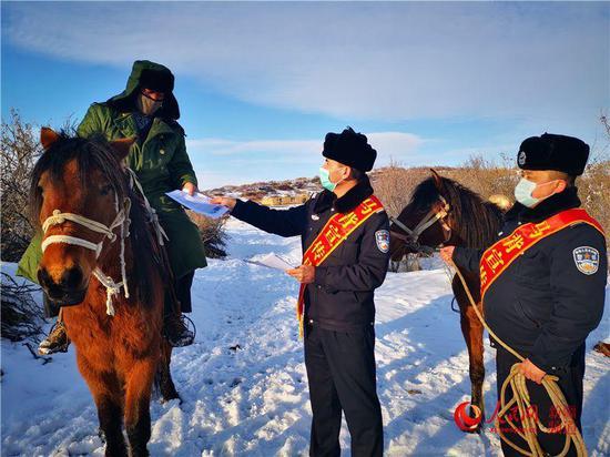新疆:為偏遠山區群眾普及野生動物違法犯罪知識