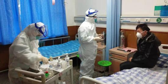 隔離區醫護人員為醫學觀察者治療。