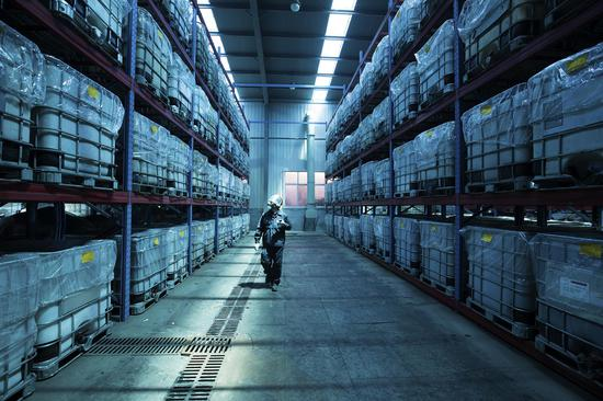 工作人员巡查固体废物贮存场所。  浙江省生态环境厅供图