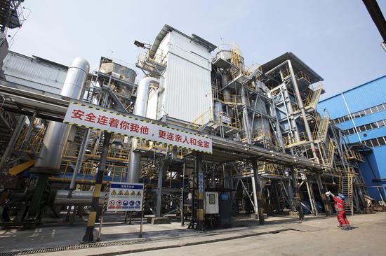 工作人员巡查危险废物处置设施运行情况。 浙江省生态环境厅供图