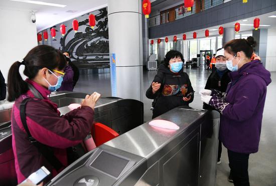 千岛湖景区工作人员正在为游客验票 杨波 摄
