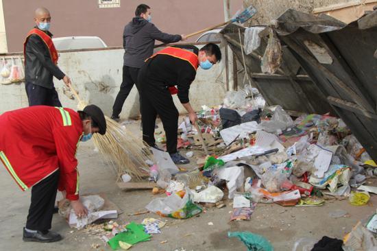 清理社區里的垃圾。