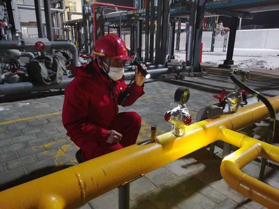 新疆油田采氣員工正在認真巡檢。吳賓 攝