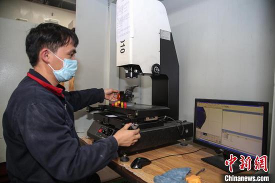 贵安新区高端装备制造产业园内一家企业员工正在检验产品。 瞿宏伦 摄