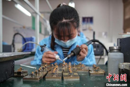 贵安新区高端装备制造产业园内一家企业员工正在生产作业。 瞿宏伦 摄