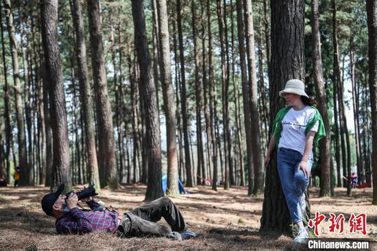游客在龙架山国家森林公园拍摄照片。 瞿宏伦 摄