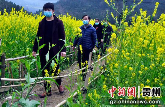 黔西县铁石小学送课上门的教师走在乡间路上   熊军万 摄