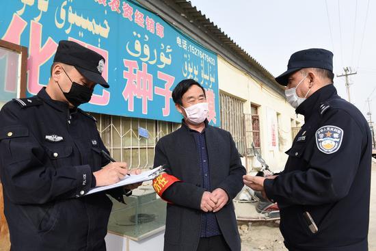 民警上门宣传复工复产规定