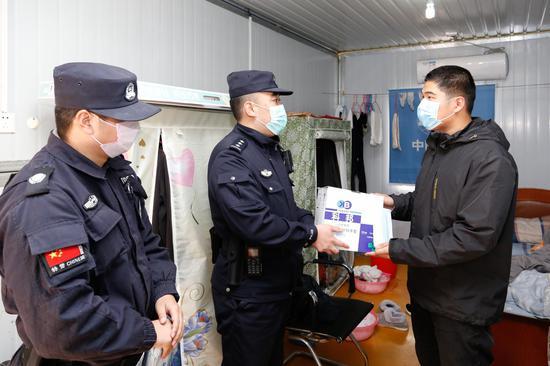鱼山警务站民警为企业送上手套和口罩。 舟山公安供图