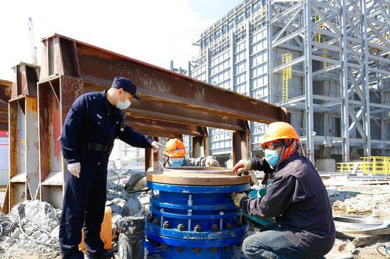指导安全生产和防疫防护。  舟山公安供图